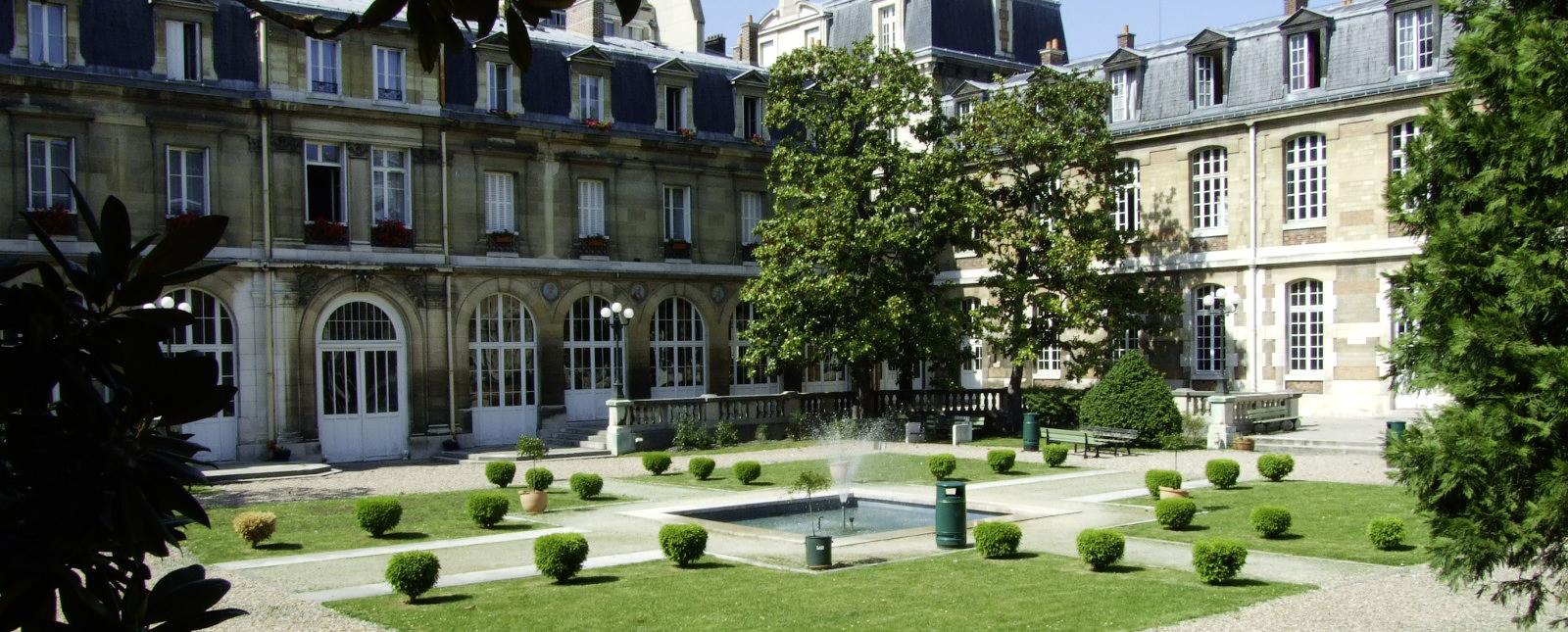 Cour d'honneur du lycée Janson-de-Sailly.