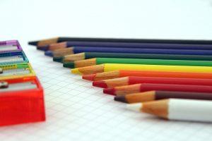 Fournitures scolaires multicolores